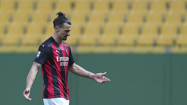 Milan's Zlatan Ibrahimovic leaves the field after receiving a red card during the Italian Serie A soccer match between Parma and Milan at the Ennio Tardini stadium in Parma, Italy, Saturday, April 10, 2021.  (Spada/LaPresse via AP)