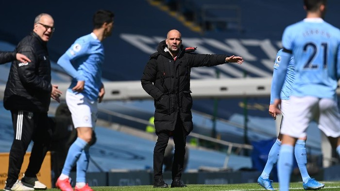 MANCHESTER, ENGLAND - APRIL 10: Pep Guardiola, Manager of Manchester City gives their team instructions  during the Premier League match between Manchester City and Leeds United at Etihad Stadium on April 10, 2021 in Manchester, England. Sporting stadiums around the UK remain under strict restrictions due to the Coronavirus Pandemic as Government social distancing laws prohibit fans inside venues resulting in games being played behind closed doors.  (Photo by Michael Regan/Getty Images)