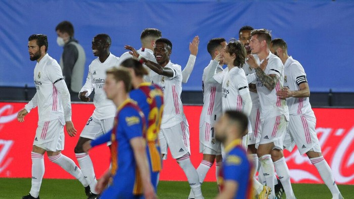 Real Madrids Toni Kroos, right, celebrates with teammates after scoring theirs side second goal during the Spanish La Liga soccer match between Real Madrid and FC Barcelona at the Alfredo di Stefano stadium in Madrid, Spain, Saturday, April 10, 2021. (AP Photo/Manu Fernandez)