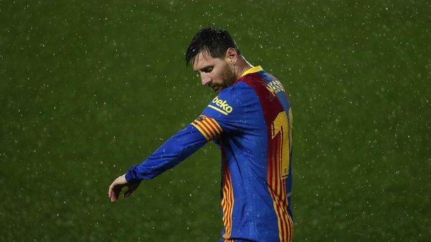 Barcelona's Lionel Messi adjusts his armband during the Spanish La Liga soccer match between Real Madrid and FC Barcelona at the Alfredo di Stefano stadium in Madrid, Spain, Saturday, April 10, 2021. Real Madrid won 2-1. (AP Photo/Manu Fernandez)