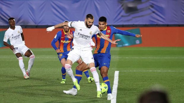 MADRID, SPAIN - APRIL 10: Karim Benzema of Real Madrid scores their side's first goal during the La Liga Santander match between Real Madrid and FC Barcelona at Estadio Alfredo Di Stefano on April 10, 2021 in Madrid, Spain. Sporting stadiums around Spain remain under strict restrictions due to the Coronavirus Pandemic as Government social distancing laws prohibit fans inside venues resulting in games being played behind closed doors.  (Photo by Angel Martinez/Getty Images)
