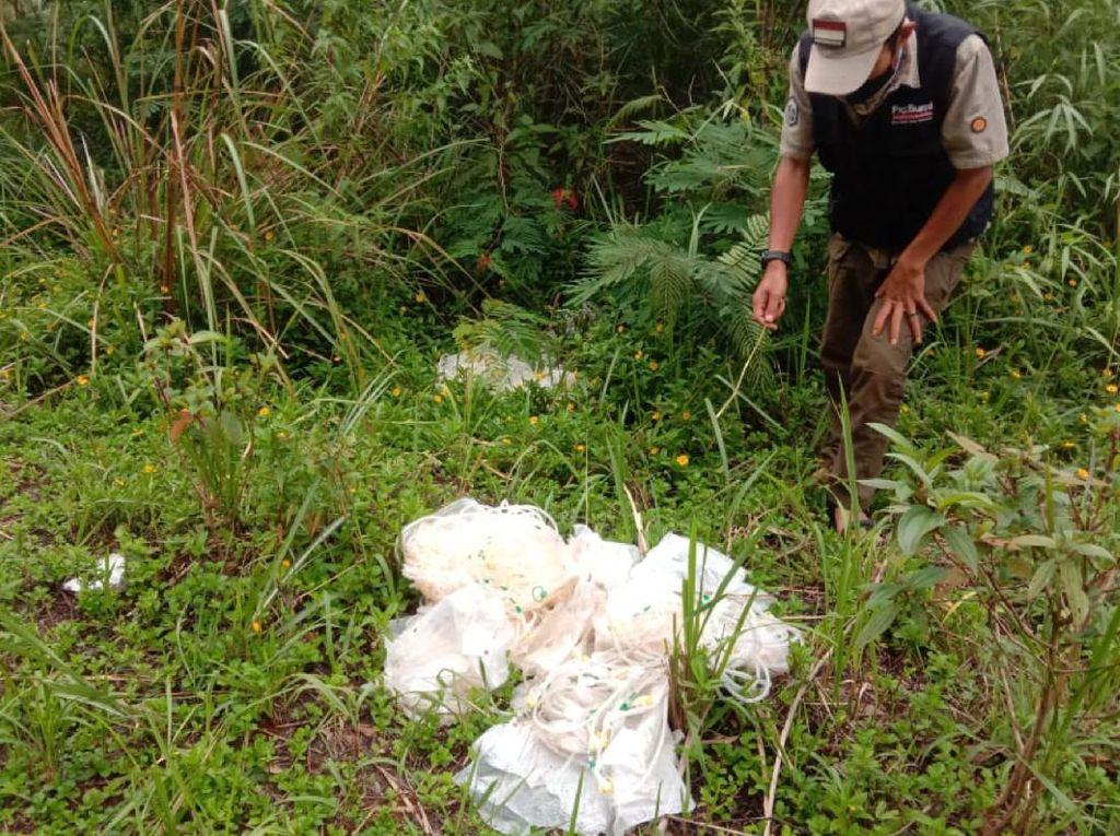 Duh! Sampah Medis Dibuang Sembarangan di Pinggir Jalan Sukabumi-Cianjur