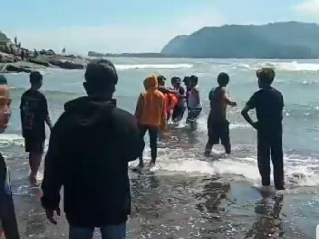 2 Orang Tergulung Ombak di Pantai Jember, Ayahnya Tewas, Anak Dalam Pencarian