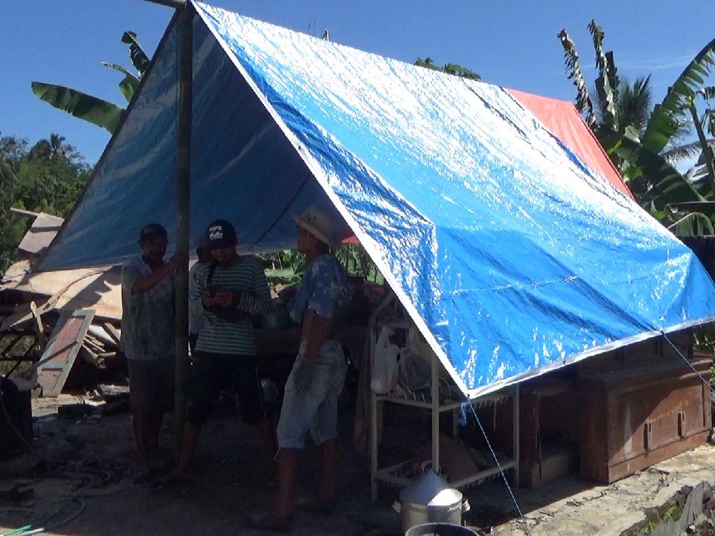 Warga Lumajang Terdampak Gempa Malang Pilih Bangun Tenda di Depan Rumah