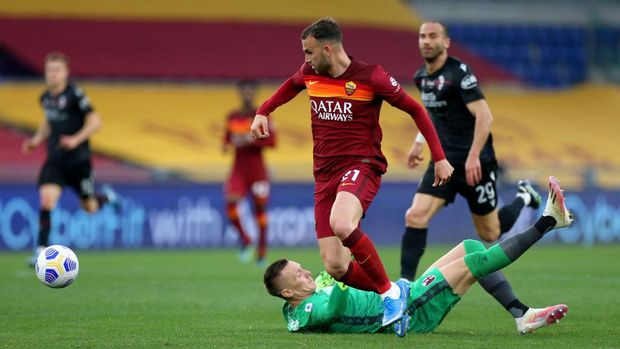 ROME, ITALY - APRIL 11: Borja Mayoral of A.S Roma scores their side's first goal past Lukasz Skorupski of Bologna F.C. 1909 during the Serie A match between AS Roma and Bologna FC at Stadio Olimpico on April 11, 2021 in Rome, Italy. Sporting stadiums around Italy remain under strict restrictions due to the Coronavirus Pandemic as Government social distancing laws prohibit fans inside venues resulting in games being played behind closed doors. (Photo by Paolo Bruno/Getty Images)