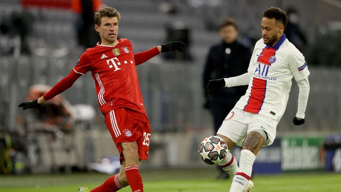 MUNICH, GERMANY - APRIL 07: Thomas Muller of FC Bayern Munich is closed down by Neymar of Paris Saint-Germain during the UEFA Champions League Quarter Final match between FC Bayern Munich and Paris Saint-Germain at Allianz Arena on April 07, 2021 in Munich, Germany. Sporting stadiums around Germany remain under strict restrictions due to the Coronavirus Pandemic as Government social distancing laws prohibit fans inside venues resulting in games being played behind closed doors. (Photo by Alexander Hassenstein/Getty Images)