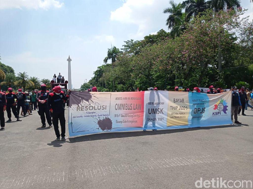 Demo Buruh, Puluhan Massa Mulai Tampak di Patung Kuda