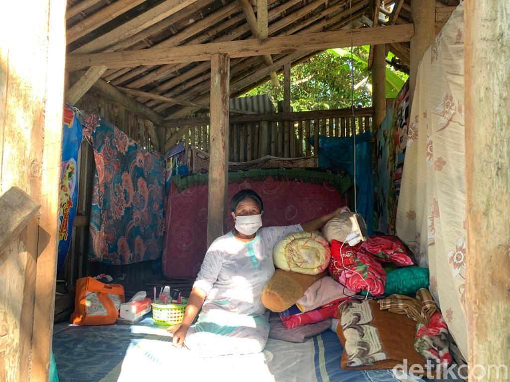 Cerita Nenek Sukini Tidur di Kandang Kambing Usai Rumahnya Ambruk Kena Gempa