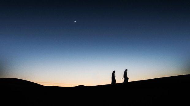 Arab men greetings in the desert