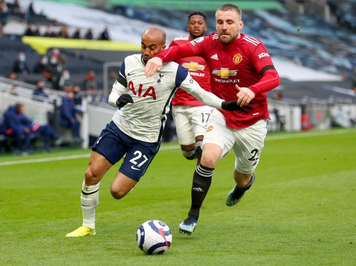 LONDON, ENGLAND - APRIL 11: Lucas Moura of Tottenham Hotspur battles for possession with Luke Shaw of Manchester United during the Premier League match between Tottenham Hotspur and Manchester United at Tottenham Hotspur Stadium on April 11, 2021 in London, England. Sporting stadiums around the UK remain under strict restrictions due to the Coronavirus Pandemic as Government social distancing laws prohibit fans inside venues resulting in games being played behind closed doors. (Photo by Clive Rose/Getty Images)