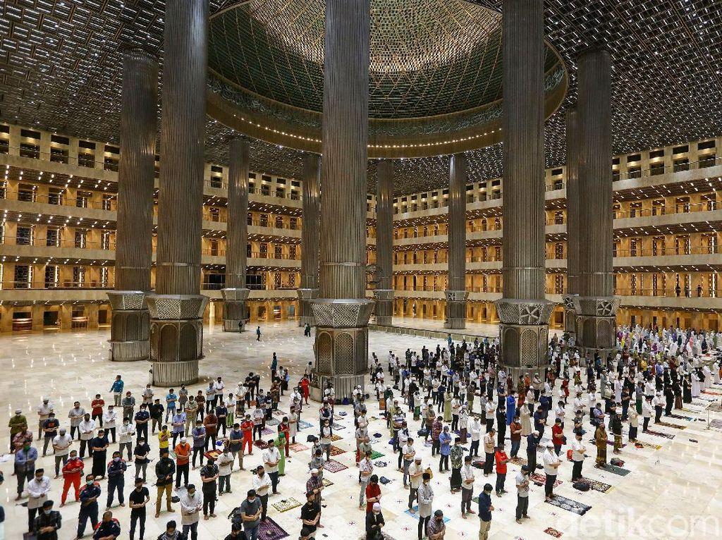 Melihat Salat Tarawih Pertama di Masjid Istiqlal, Pakai Jaga Jarak