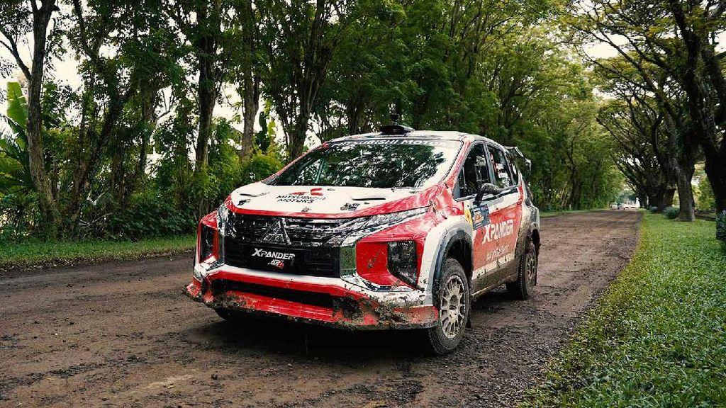 Aksi Rifat Sungkar Geber Xpander AP4 di Sprint Rally