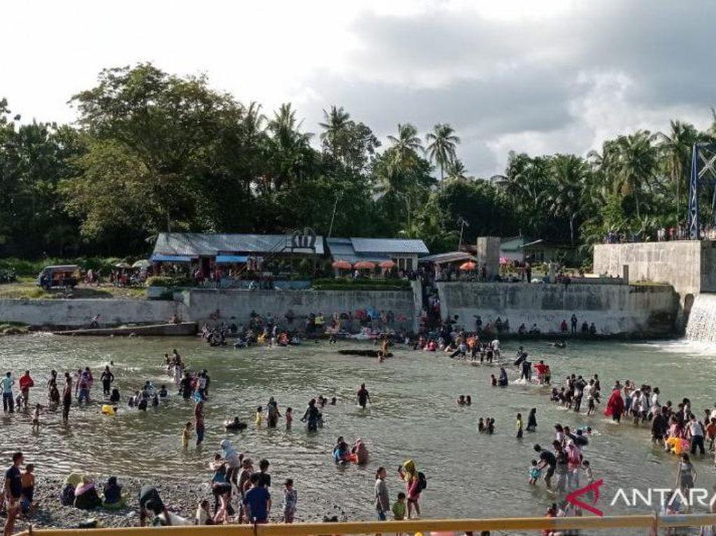 Ratusan Warga Padang Mandi Balimau Sambut Ramadhan Meski Dilarang Polisi