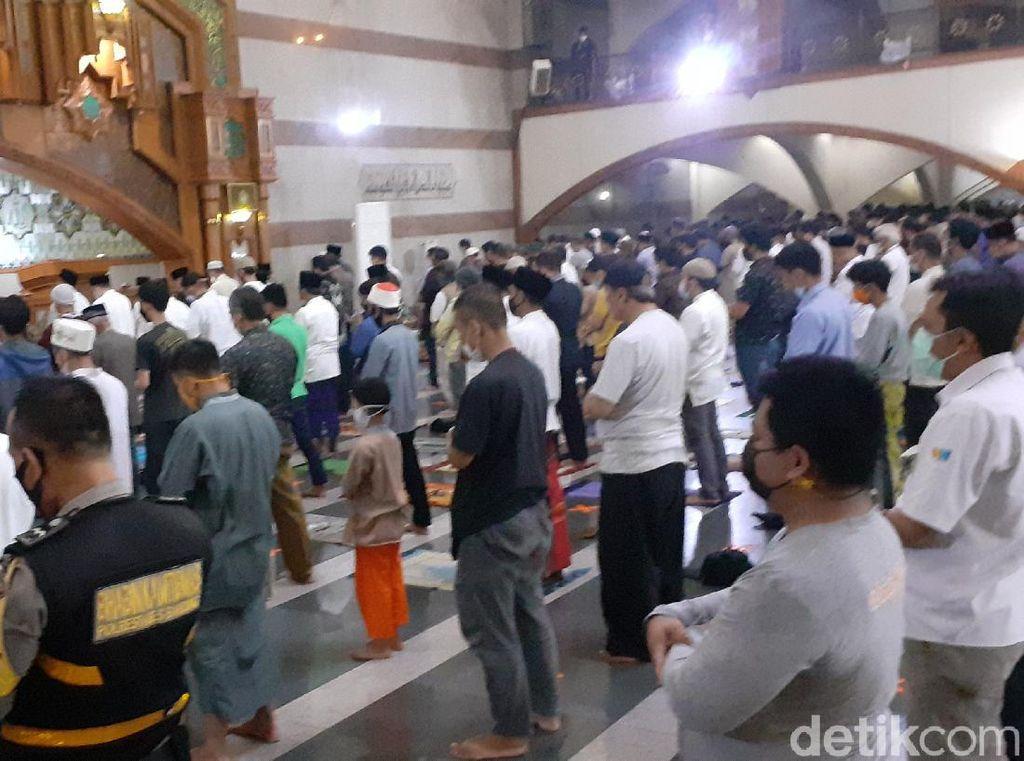 Salat Tarawih Pertama di Masjid Pusdai Bandung, Ridwan Kamil: Jaga Prokes