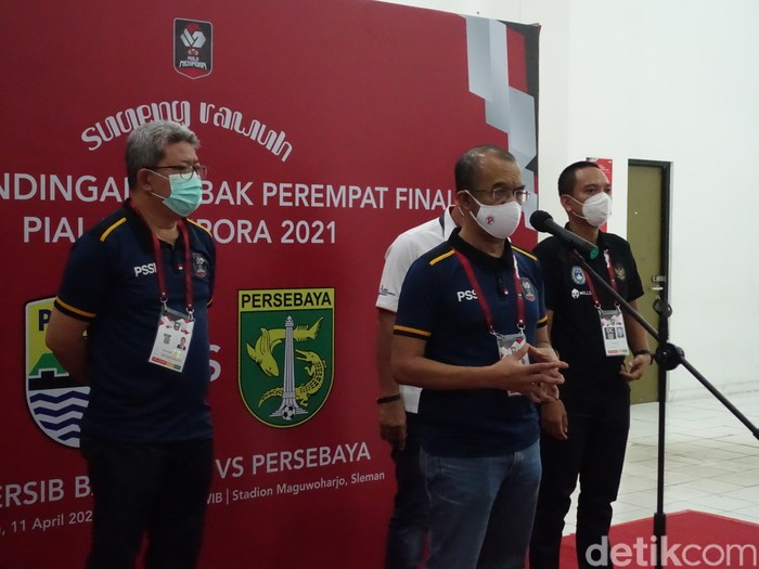 Sekretaris Kemenpora Gatot S. Dewa Broto saat meninjau pertandingan 8 besar antara Persib Bandung melawan Persebaya di Stadion Maguwoharjo, Sleman, Minggu (11/4/2021)