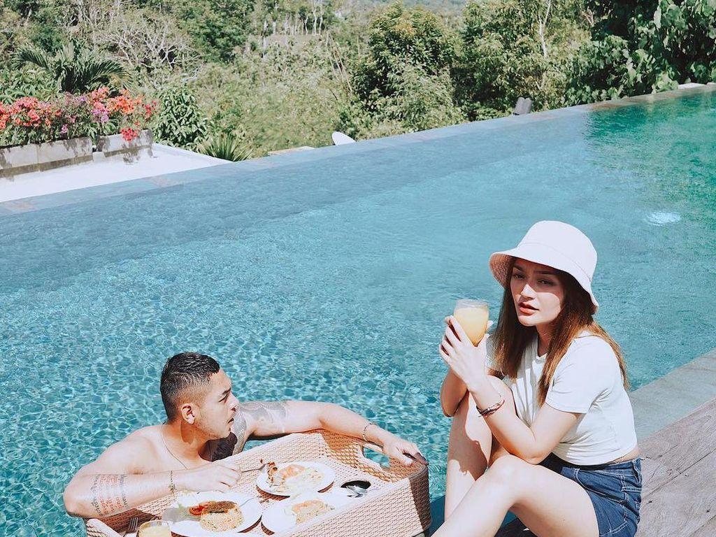 Romantisnya Siti Badriah dan Krisjiana Baharudin saat Makan di Tepi Pantai