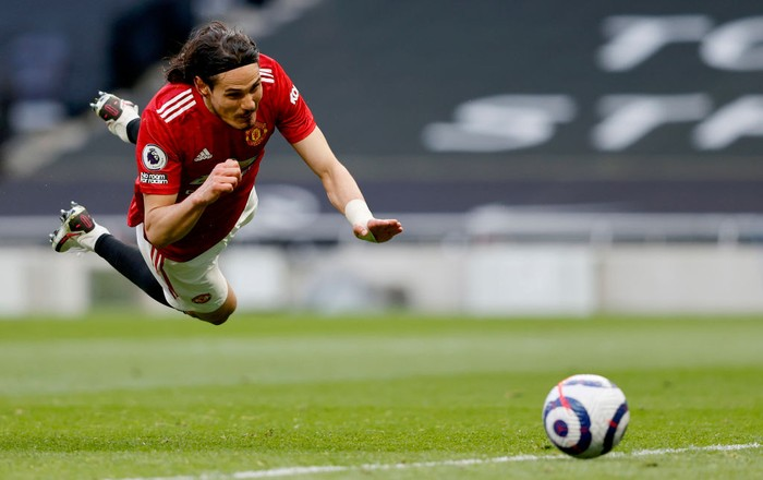 LONDON, ENGLAND - APRIL 11: Edinson Cavani of Manchester United scores their sides second goal during the Premier League match between Tottenham Hotspur and Manchester United at Tottenham Hotspur Stadium on April 11, 2021 in London, England. Sporting stadiums around the UK remain under strict restrictions due to the Coronavirus Pandemic as Government social distancing laws prohibit fans inside venues resulting in games being played behind closed doors. (Photo by Adrian Dennis - Pool/Getty Images)