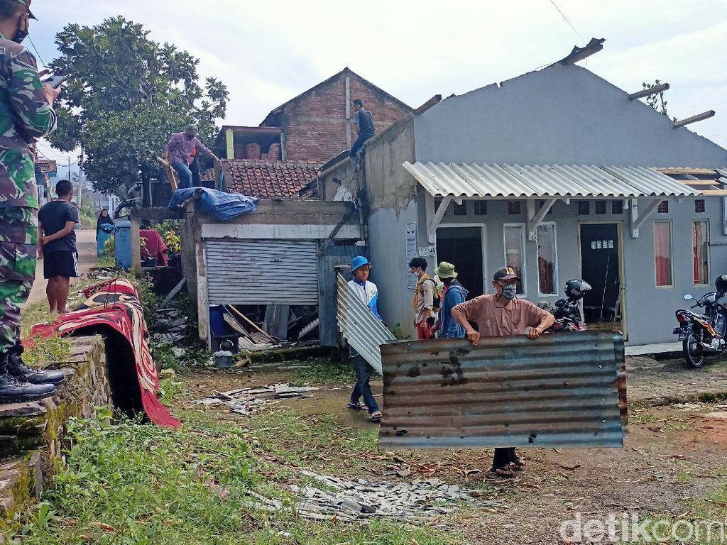 Warga Bandung Bersihkan Puing Rumah Usai Diterjang Hujan-Angin Kencang