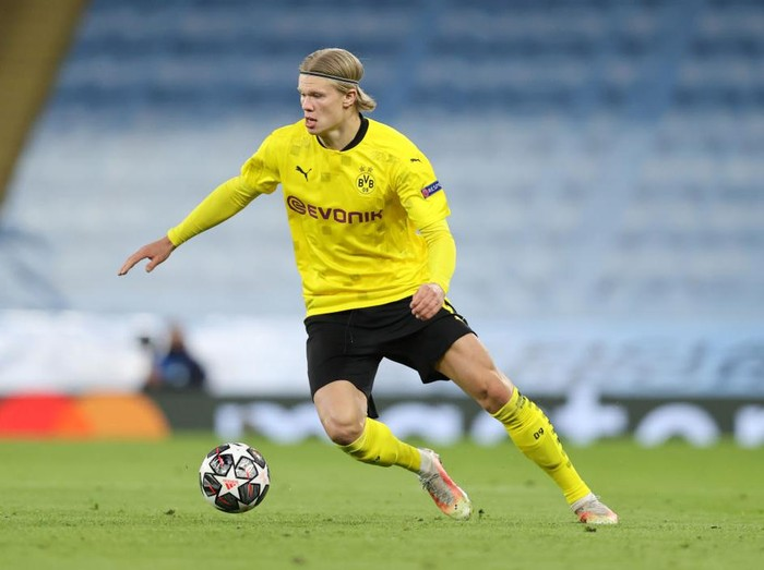 MANCHESTER, ENGLAND - APRIL 06: Erling Haaland of Borussia Dortmund runs with the ball during the UEFA Champions League Quarter Final match between Manchester City and Borussia Dortmund at Etihad Stadium on April 06, 2021 in Manchester, England. Sporting stadiums around the UK remain under strict restrictions due to the Coronavirus Pandemic as Government social distancing laws prohibit fans inside venues resulting in games being played behind closed doors. (Photo by Clive Brunskill/Getty Images)