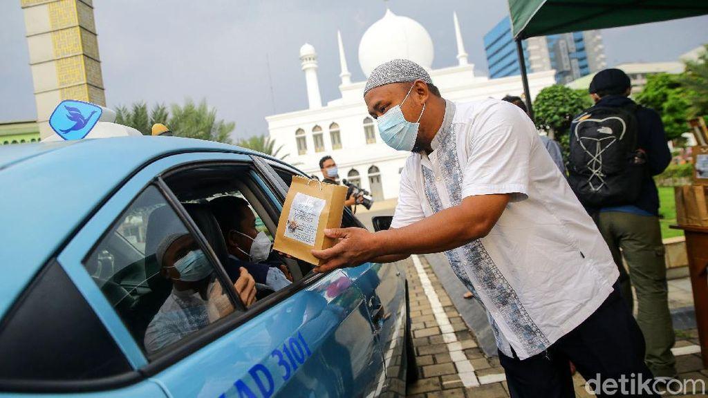 Cegah Penyebaran Corona, Masjid Al-Azhar Kasih Takjil Drive Thru