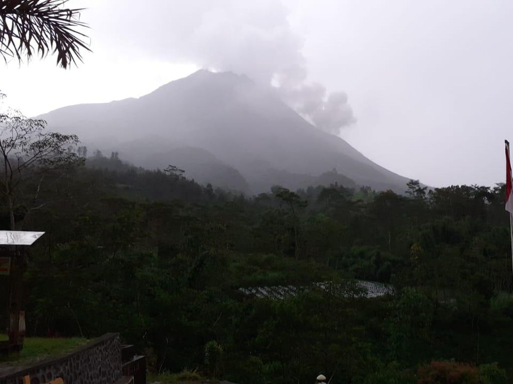 Gunung Merapi Erupsi Petang Ini