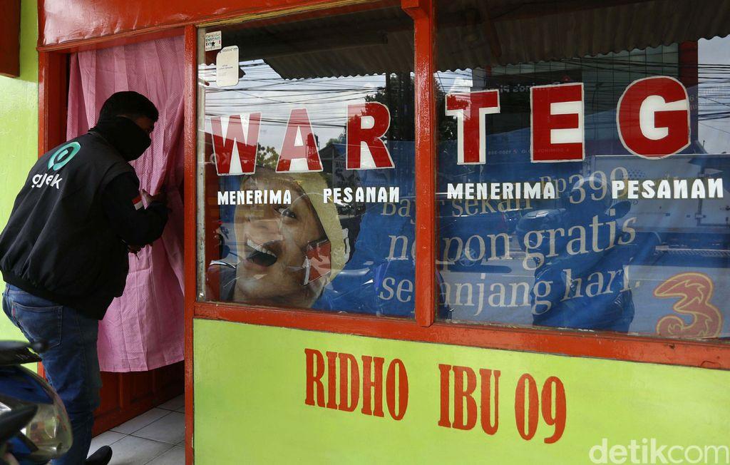Sejumlah Warteg di Ibu Kota Jakarta tetap buka di hari pertama puasa. Mereka pintu dan jendela dengan tirai untuk menghormati yang berpuasa.