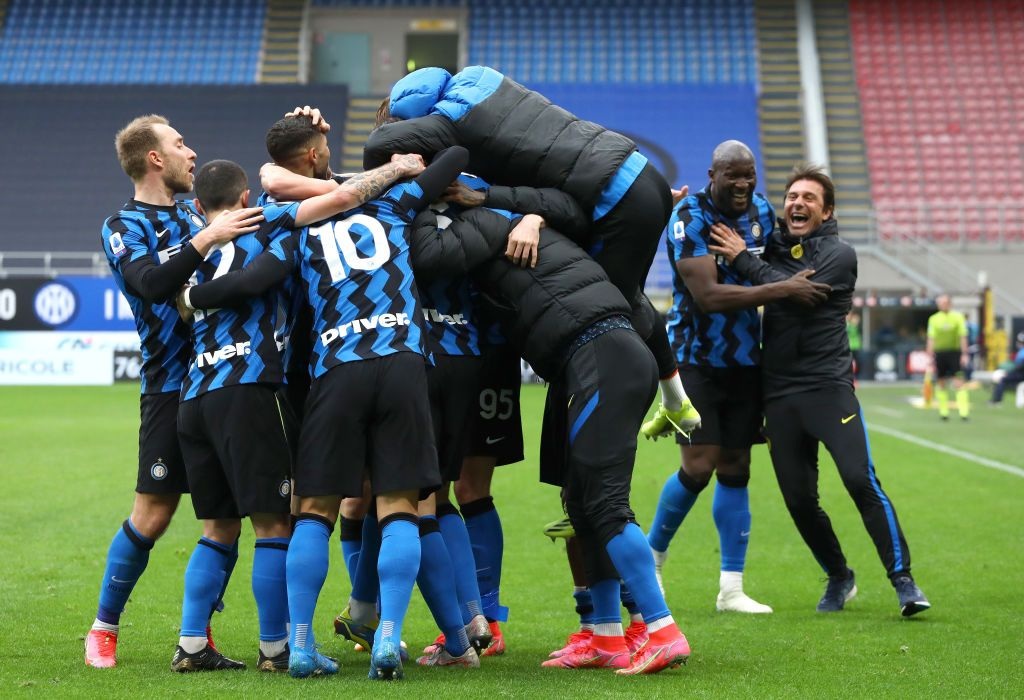 MILAN, ITALY - APRIL 11: Matteo Darmian of FC Internazionale (hidden) celebrates with team mates after scoring their side's first goal during the Serie A match between FC Internazionale  and Cagliari Calcio at Stadio Giuseppe Meazza on April 11, 2021 in Milan, Italy. Sporting stadiums around Italy remain under strict restrictions due to the Coronavirus Pandemic as Government social distancing laws prohibit fans inside venues resulting in games being played behind closed doors. (Photo by Marco Luzzani/Getty Images)