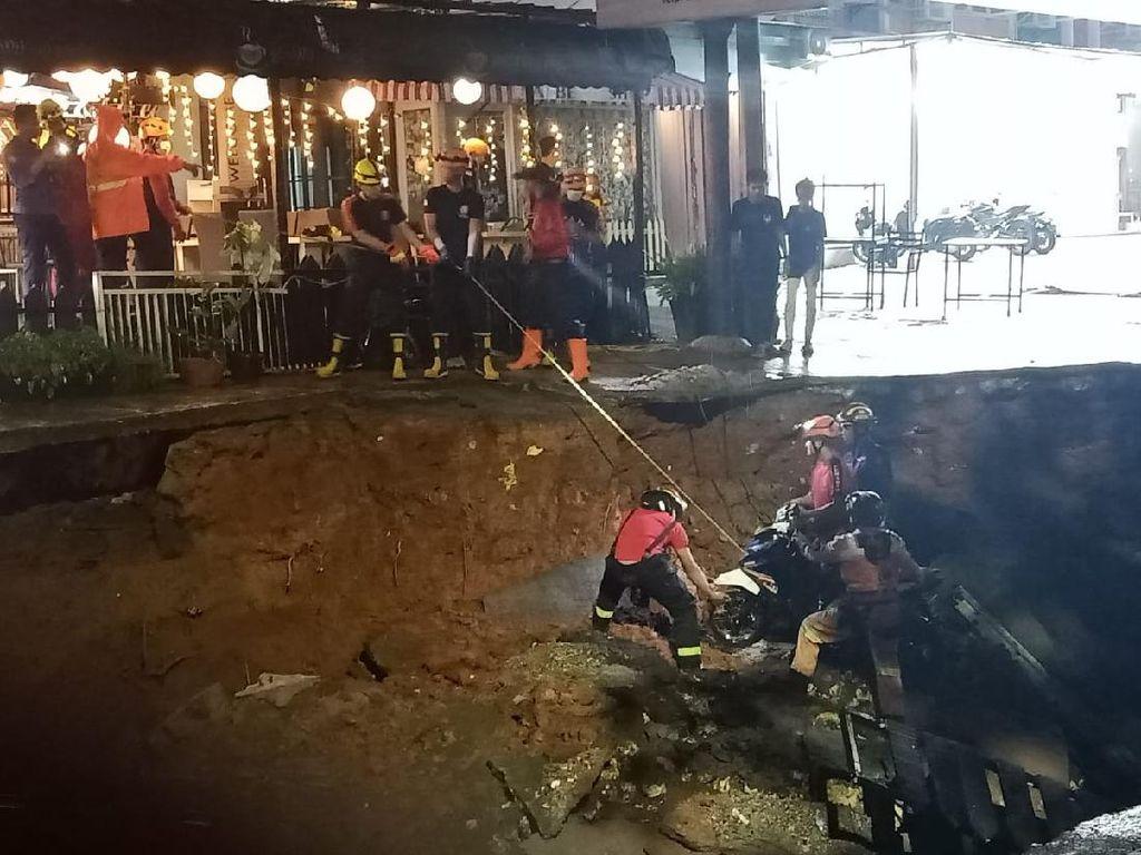 Jalan Boulevard GDC Depok Ambles Gegara Tanah Tergerus Air Kali