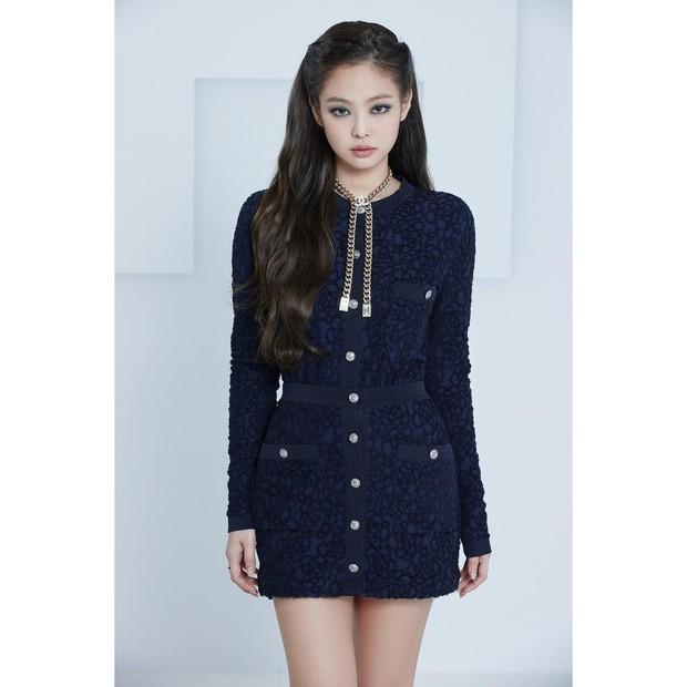 Jennie dalam balutan Spring-Summer 2021 Chanel collection.