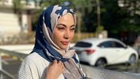 7 Gaya Hijab Liza Aditya, Dulu Penyanyi Seksi Kini Mantap Berhijab