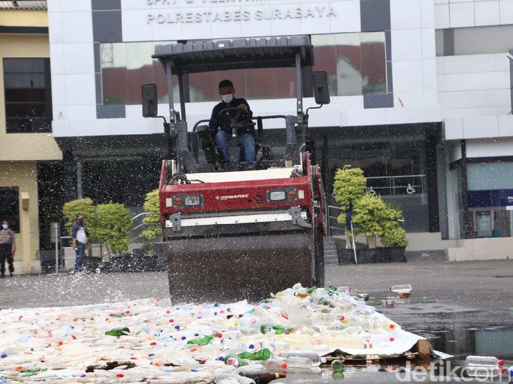 4.696 Botol Miras Hasil Operasi Pekat di Surabaya Dlindas Alat Berat