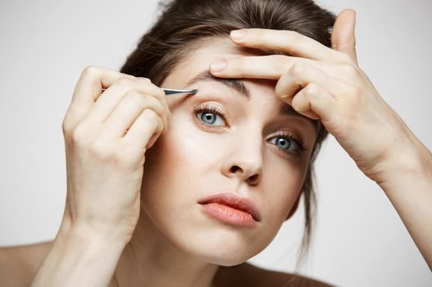 Jerawat yang berkembang di atau di antara alis karena beberapa alasan, seperti produksi minyak berlbih, rambut yang tumbuh ke dalam atau produk kosmetik tertentu.