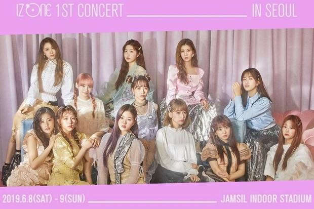 Menampilkan poster konser pertama dari IZ*ONE yang digelar di Seoul.
