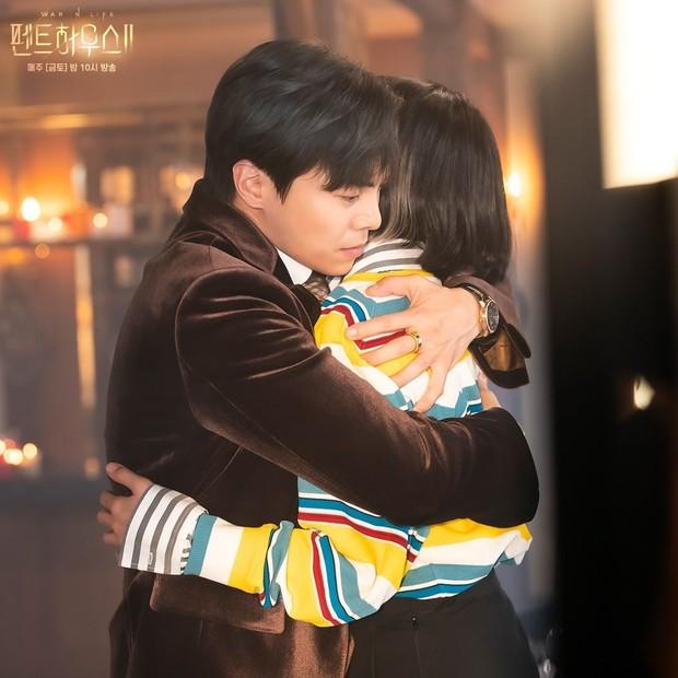 Potongan adegan tokoh Logan Lee dan Shim Suryeon dalam drama Penthouse.