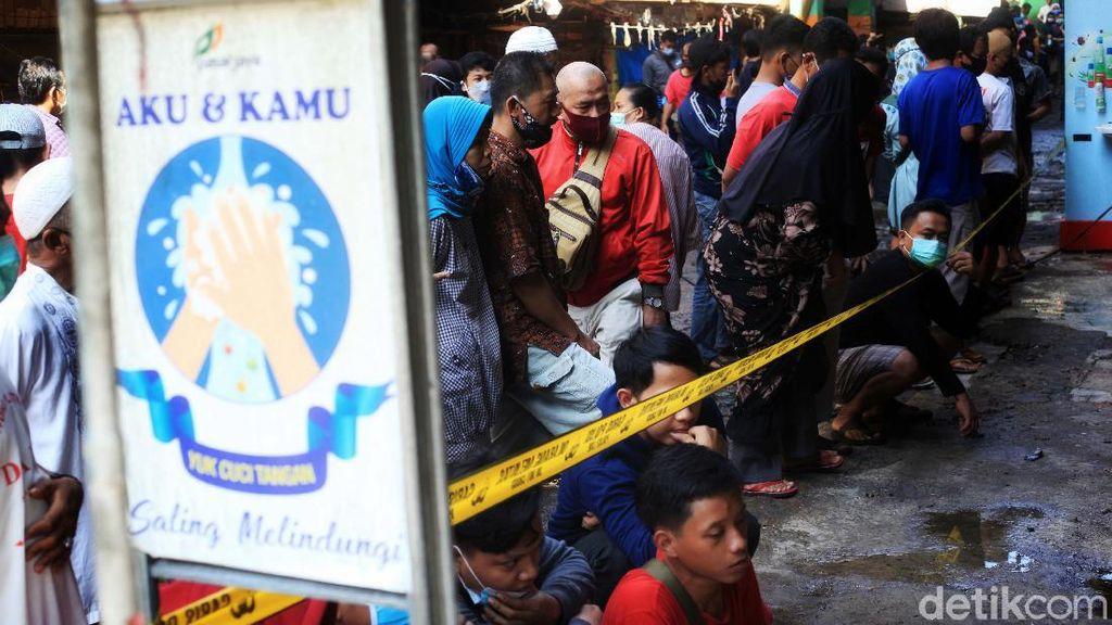 Potret Kesedihan Pedagang Pasar Minggu yang Kiosnya Terbakar