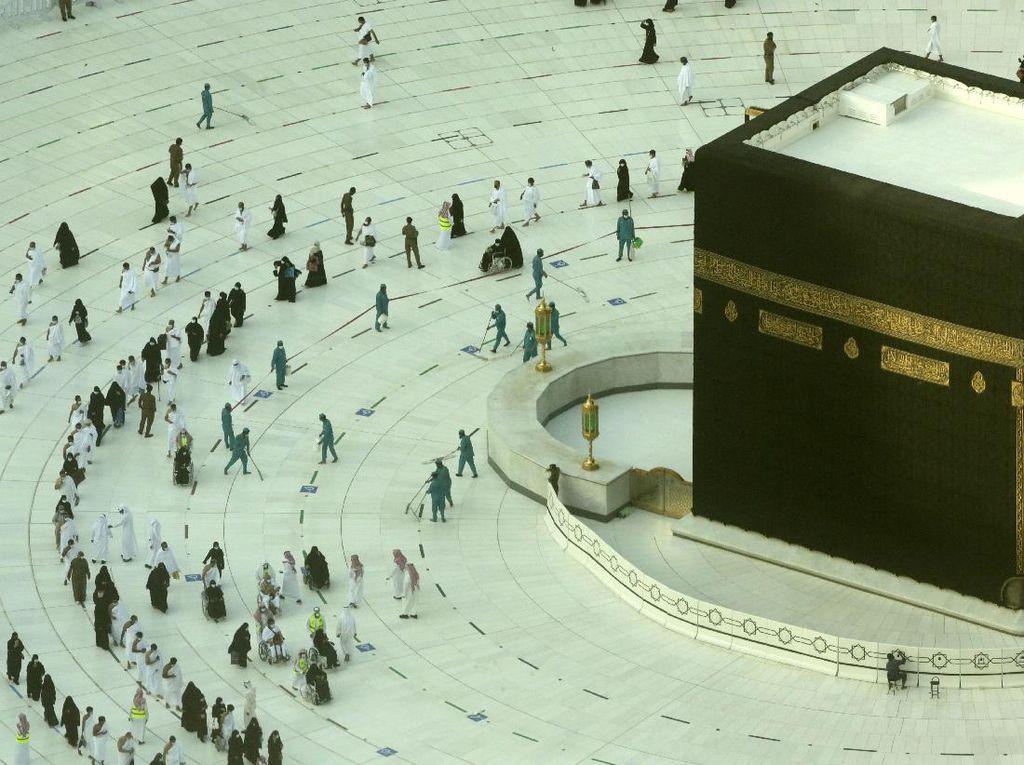 Suasana Kabah di Hari Pertama Ramadhan