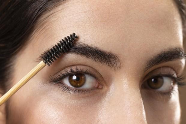 brush make up yang kamu gunakan juga bisa menjadi salah satu penyebab munculnya jerawat alis kamu.