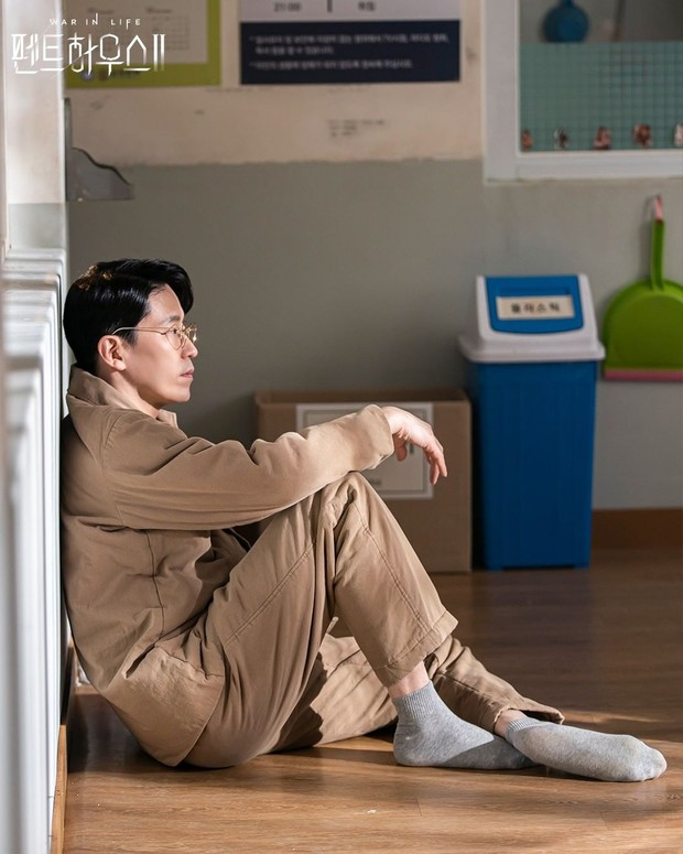 Uhm Ki Joon dalam potongan adegan sebagai tokoh Joo Dan Tae di drama Penthouse.