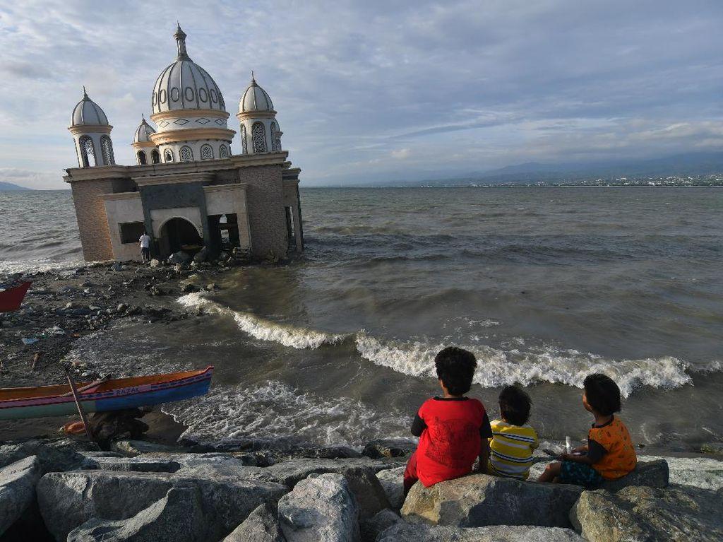 Asik Ngabuburit di Masjid Bekas Tsunami