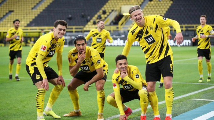 DORTMUND, GERMANY - FEBRUARY 27: Jadon Sancho of Borussia Dortmund celebrates with team mates (L-R) Giovanni Reyna, Emre Can and Erling Haaland after scoring their sides second goal during the Bundesliga match between Borussia Dortmund and DSC Arminia Bielefeld at Signal Iduna Park on February 27, 2021 in Dortmund, Germany. Sporting stadiums around Germany remain under strict restrictions due to the Coronavirus Pandemic as Government social distancing laws prohibit fans inside venues resulting in games being played behind closed doors. (Photo by Friedemann Vogel - Pool/Getty Images)