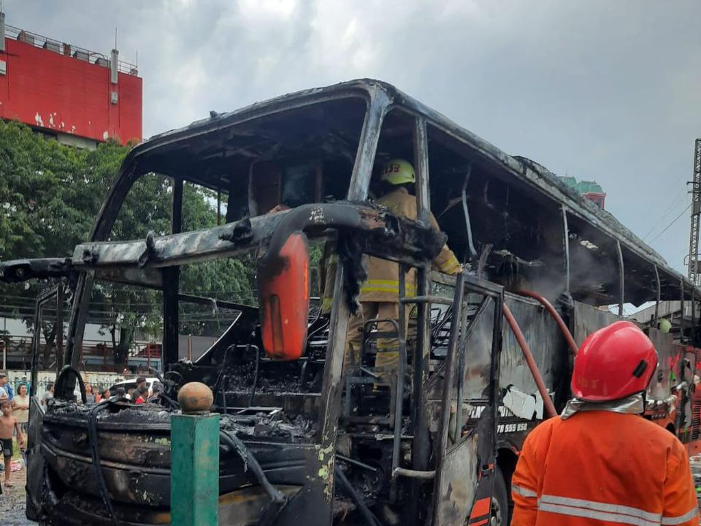 Ditinggal Tidur Sopir, Bus Antarkota Terbakar di Pasar Pagi Mangga Dua