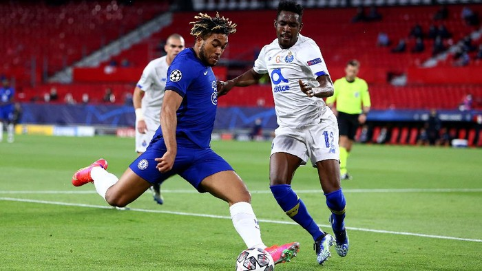 SEVILLE, SPAIN - APRIL 13: Reece James of Chelsea battles for possession with Zaidu Sanusi of Porto during the UEFA Champions League Quarter Final Second Leg match between Chelsea FC and FC Porto at Estadio Ramon Sanchez Pizjuan on April 13, 2021 in Seville, Spain. Sporting stadiums around Spain remain under strict restrictions due to the Coronavirus Pandemic as Government social distancing laws prohibit fans inside venues resulting in games being played behind closed doors. (Photo by Fran Santiago/Getty Images)