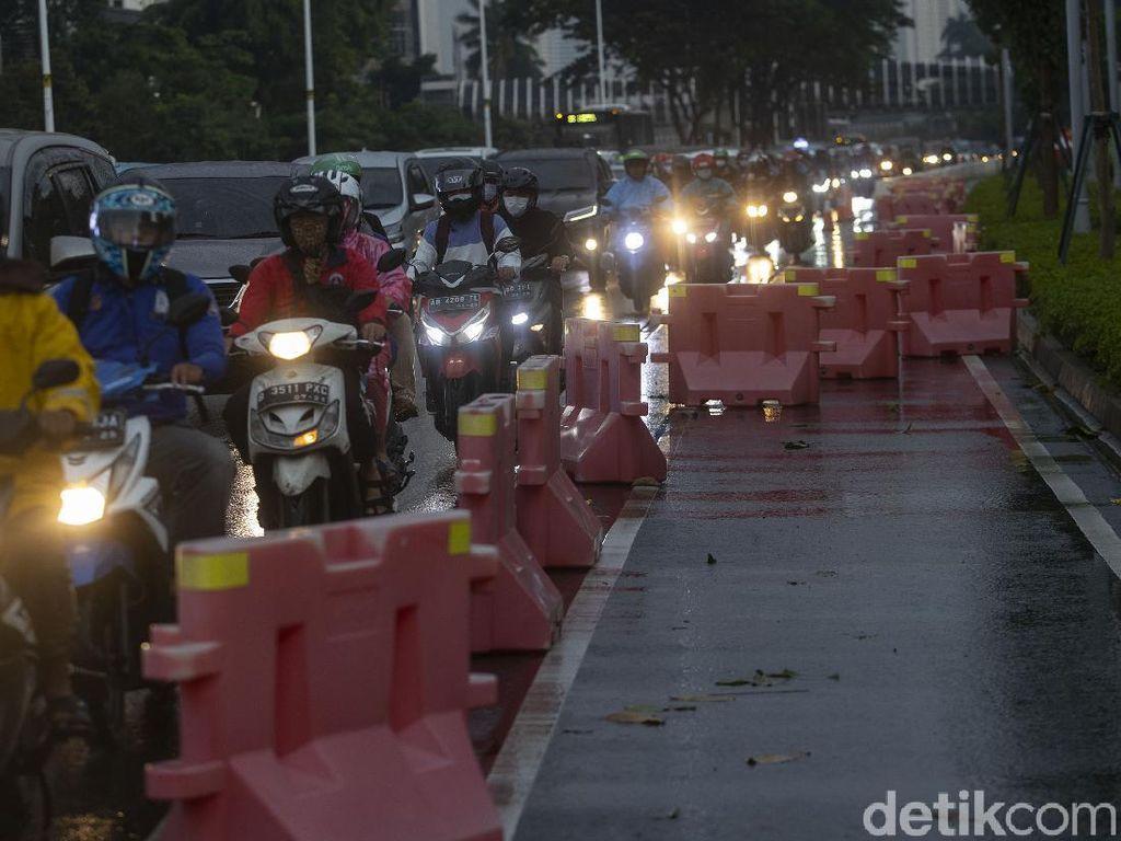 Duh Pembatas Jalur Sepeda di Jalan Sudirman Berantakan