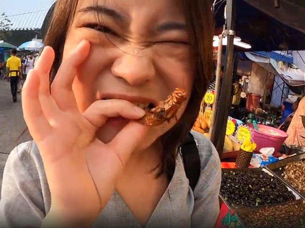 Gokil! Wanita Ini Mukbang Ulat hingga Belalang Goreng di Pasar