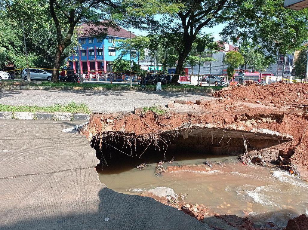 Kesaksian Warga Dengar Suara Mirip Ledakan Saat Jalan GDC Depok Ambles