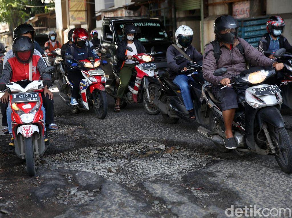Tolong! Jl I Gusti Ngurah Rai Dekat Stasiun Cakung Rusak dan Berlubang