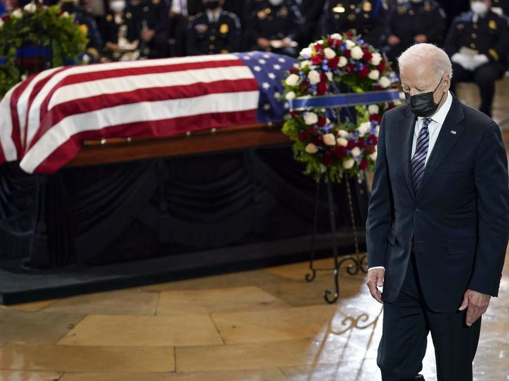 Pimpin Seremoni Polisi AS yang Tewas, Biden Singgung Kematian 2 Anaknya