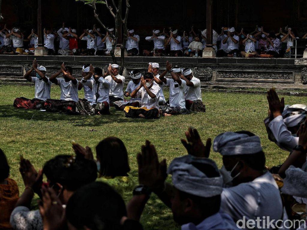 Khusyuknya Umat Hindu Saat Berdoa di Perayaan Galungan
