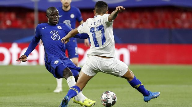 Chelsea's N'Golo Kante, left, duels for the ball with Porto's Jesus Corona during the Champions League quarter final second leg soccer match between Chelsea and Porto at the Ramon Sanchez Pizjuan stadium, in Seville, Spain, Tuesday, April 13, 2021. (AP Photo/Angel Fernandez)