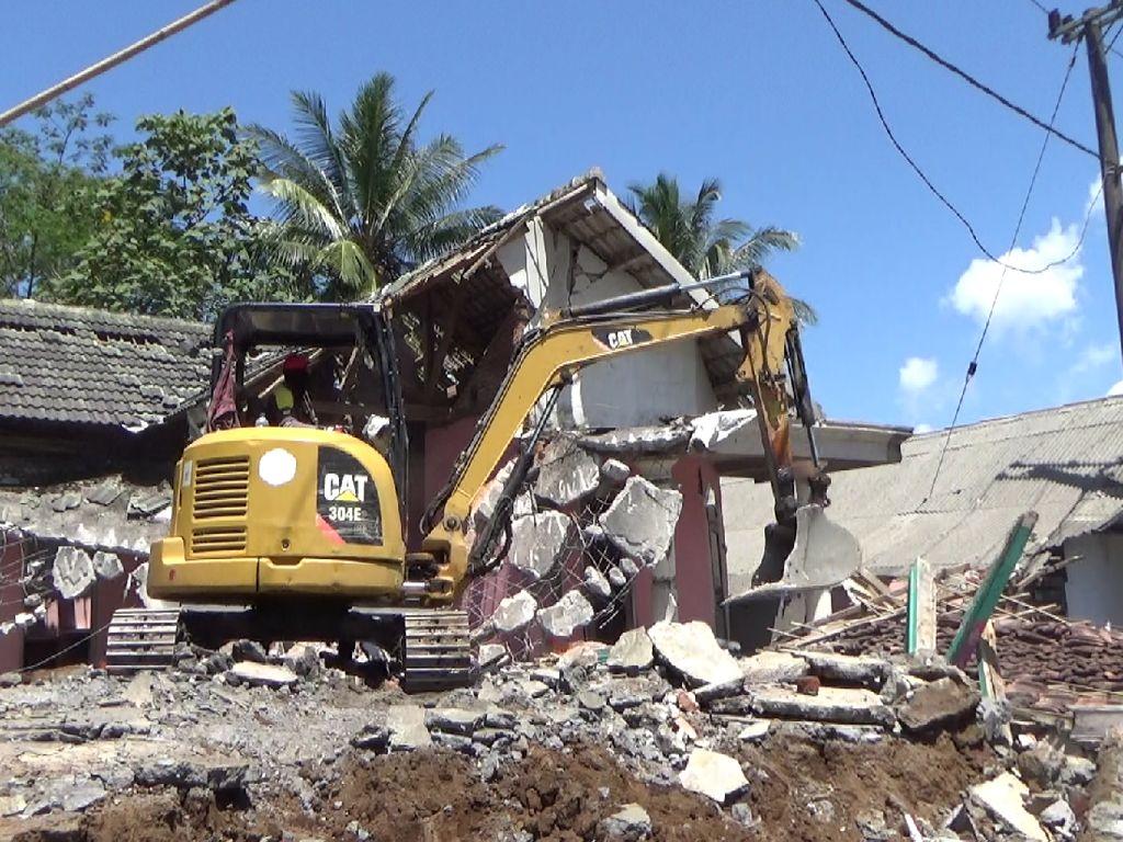 Reruntuhan Bangunan Roboh di Lumajang Dampak Gempa Malang Dibersihkan